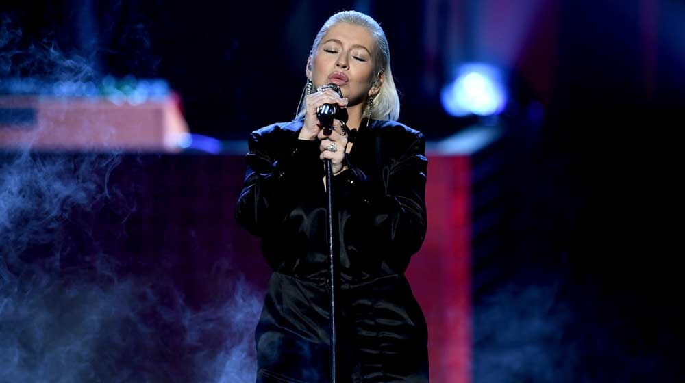 Christina Aguilera rinde homenaje a Whitney Houston